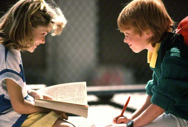 two-kids-studying-together-03672-600x407_DM